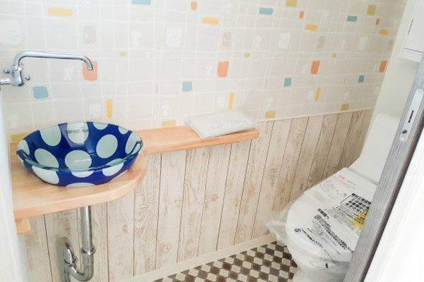水玉模様の洗面ボウルが印象的でカジュアルなトイレ空間