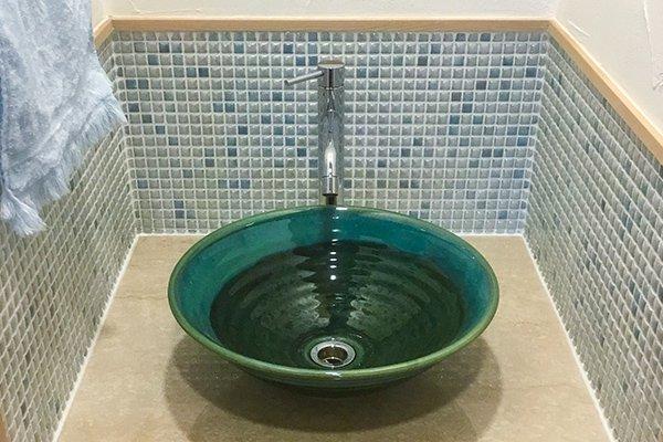 鮮やかなグリーンが爽やかな洗面所