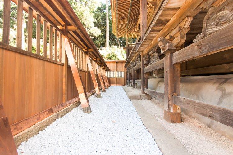 石灰石玉砂利を神社本殿の敷石に