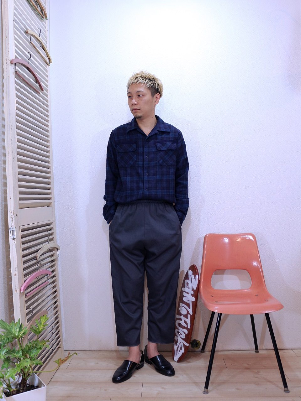 shirts/modem design-FLANNEL OPEN COLLAR CHECK SHIRT(M-1710753)(SIZE 2)pants/modem design-VELOR SIDE LINE EASY PANTS(M-1710354)(SIZE 2)を使ったコーディネート