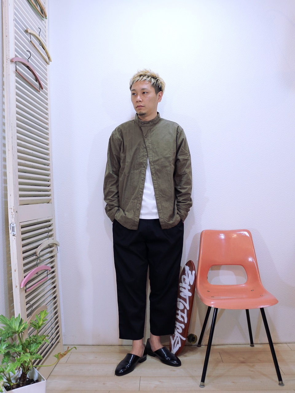 shirts/modem design-MILITARY NECK SHIRT(M-1710752)(SIZE 2)tee/LOCALINA-FLAT SEAM L/S TEE(SIZE 1)pants/modem design-VELOR SIDE LINE EASY PANTS(M-1710354)(SIZE 2)を使ったコーディネート