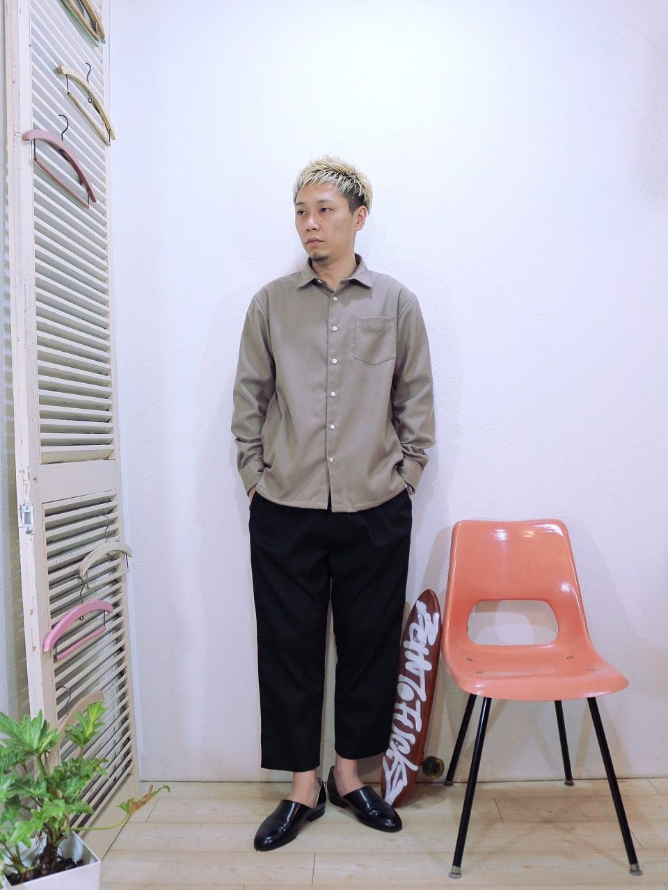 shirt/modem design-REGULAR COLLAR SIDE POCKET SHIRT(M-1710751)(SIZE 2)pants/modem design-VELOR SIDE LINE EASY PANTS(M-1710354)(SIZE 2)を使ったコーディネート