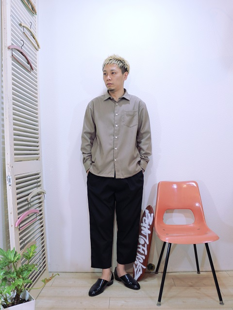 shirts/modem design-REGULAR COLLAR SIDE POCKET SHIRT(M-1710751)(SIZE 2)pants/modem design-VELOR SIDE LINE EASY PANTS(M-1710354)(SIZE 2)を使ったコーディネート