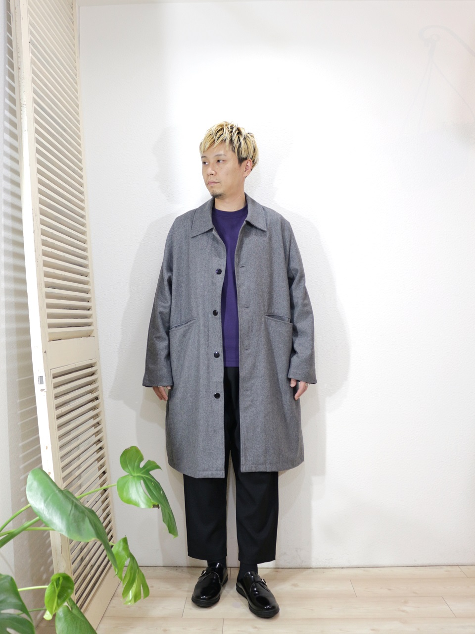 "outer/modem design-DOLMAN OVERCOAT(SIZE 2)tee/MANUAL ALPHABET-MILITARY FRAISE CREW NECK L/S TEE(SIZE 1)pants/ReRe-COMFORT TROUSERS(SIZE 2)shoes/MANEBU-""FOOT""FACE SKIN(SIZE 40)を使ったコーディネート"
