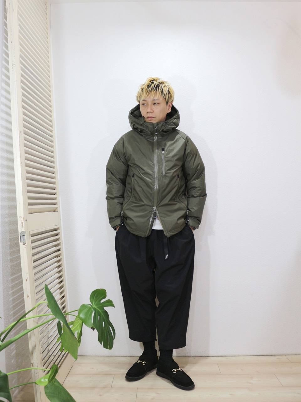 "outer/NANGA-AURORA DOWN JACKET(SIZE S)tee/MANUAL ALPHABET-MILITARY FRAISE CREW NECK L/S TEE(SIZE 1)pants/MANEBU-""LOOSE EASY TUCK SLACKS""(SIZE M)shoes/MANEBU-""BITCH HI""SUEDE(SIZE 40)を使ったコーディネート"