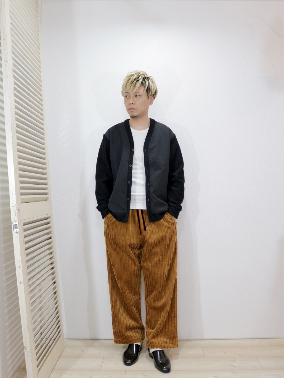 tops/modem design-SLIVER KNIT CARDIGAN(M-1807360)(SIZE 2)tee/LOCALINA-MERIYASU-L/S CREW NECK(SIZE 2)pants/ReAdd-CORDUROY WIDE PANTS(SIZE M)socks/decka-REVERSIBLE SHORT SOCKS(SIZE MEN)を使ったコーディネート