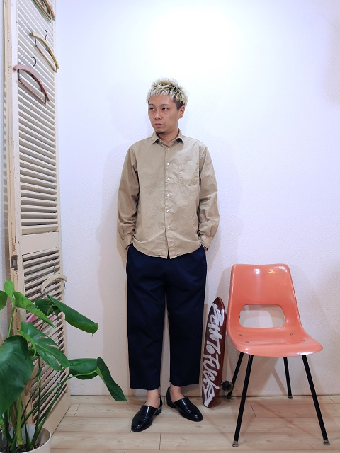shirt/MANUAL ALPHABET-LOOSE FIT REGULAR COLLAR SHT(SIZE 1)pants/modem design-VELOR SIDE LINE EASY PANTS(M-1710354)(SIZE 2)を使ったコーディネート