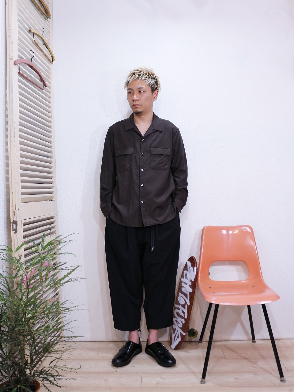 "shirt/MANUAL ALPHABET-CONFORTABLE OPEN COLLAR SHT(SIZE 2)pants/MANEBU-""LOOSE EASY TUCK SLACKS""PANTS(SIZE M)shoes/MANEBU-""ROAR""FACE SKIN(SIZE 40)を使ったコーディネート"