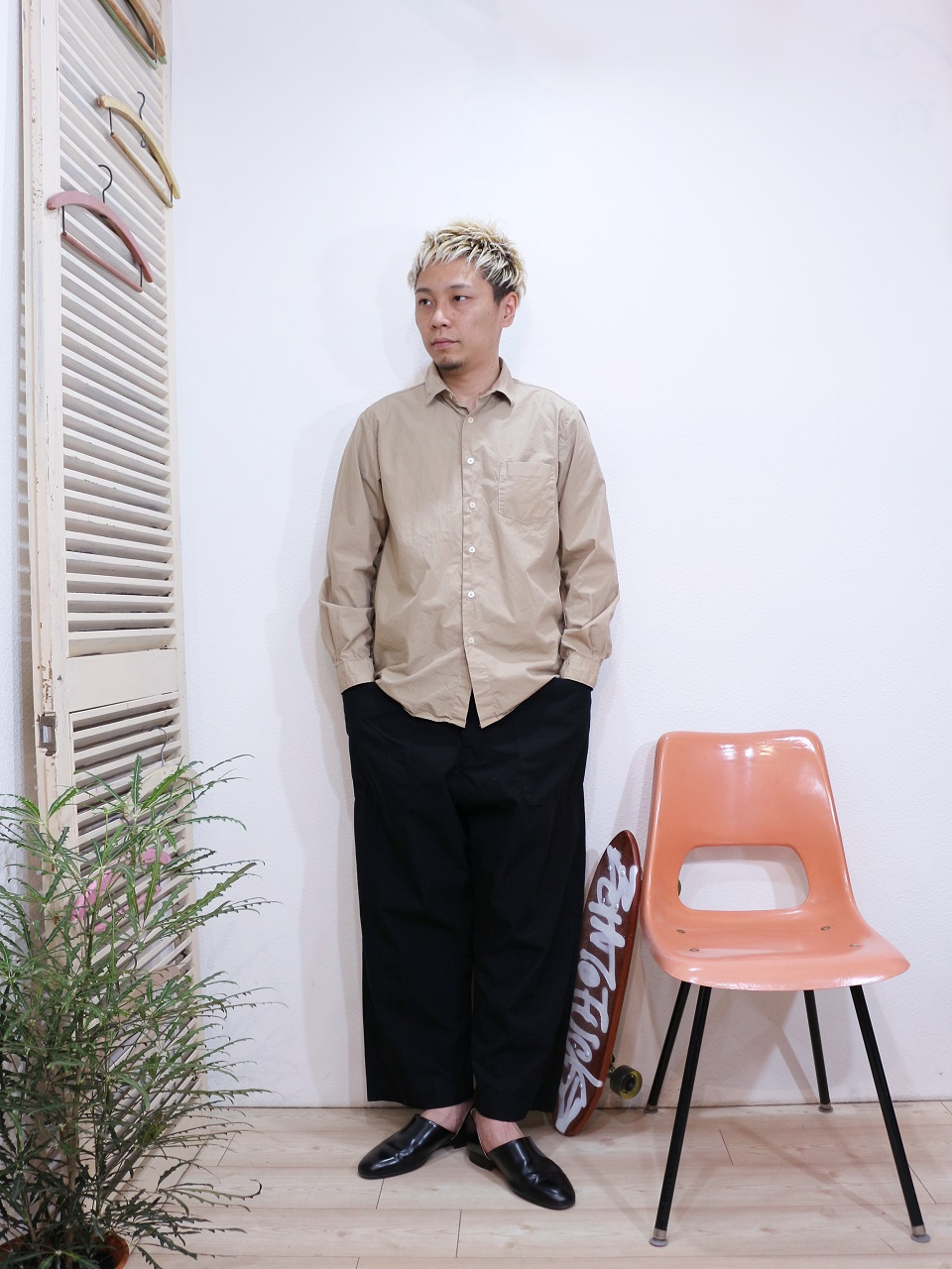 shirt/MANUAL ALPHABET-LOOSE FIT REGULAR COLLAR SHT(SIZE 1)pants/odorlesstasteless-WEATHER DUCK(SIZE 02)を使ったコーディネート