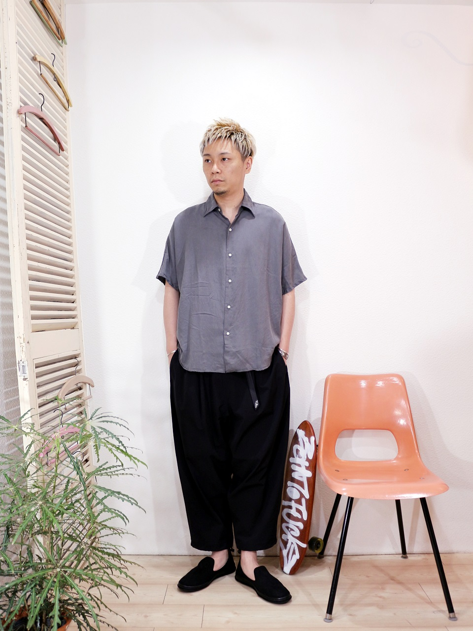 "shirt/melple-Kakaako ドルマンシャツ(SIZE M)pants/MANEBU-""LOOSE EASY TUCK SLACKS""PANTS(SIZE M)shoes/MANEBU-""HEEHAW LIGHT""SUEDE(SIZE 40)を使ったコーディネート"