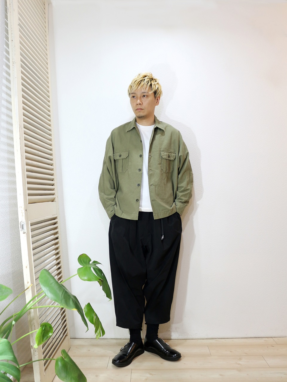"outer/H.UNIT STORE LABEL-Back stain dolman open collar long sleeves shirt(SIZE 1)tee/MANUAL ALPHABET-MILITARY FRAISE CREW NECK L/S TEE(SIZE 1)pants/MANEBU-""LOOSE EASY TUCK SLACKS""PANTS(SIZE M)shoes/MANEBU-""ROAR""FACE SKIN(SIZE 40)を使ったコーディネート"