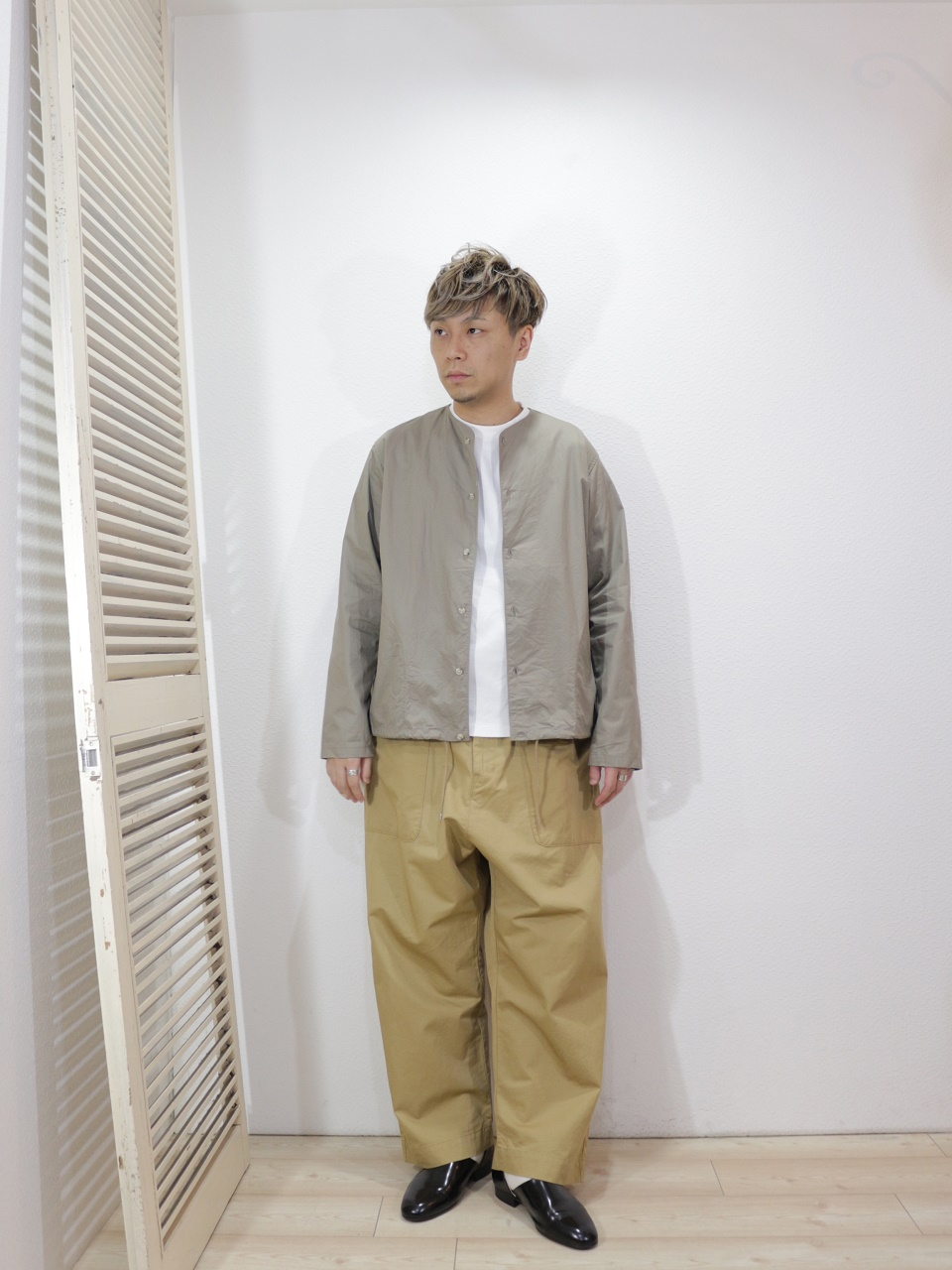 outer/MANUAL ALPHABET-TWILL BB SHT(SIZE 1)tee/MANUAL ALPHABET-MILITARY FRAISE CREW NECK L/S TEE(SIZE 1)pants/KAFIKA-FLANDERS LINEN DECK PANTS(SIZE 2)socks/decka-PLAIN MERCERIZATION SOCKS(SIZE MEN)を使ったコーディネート