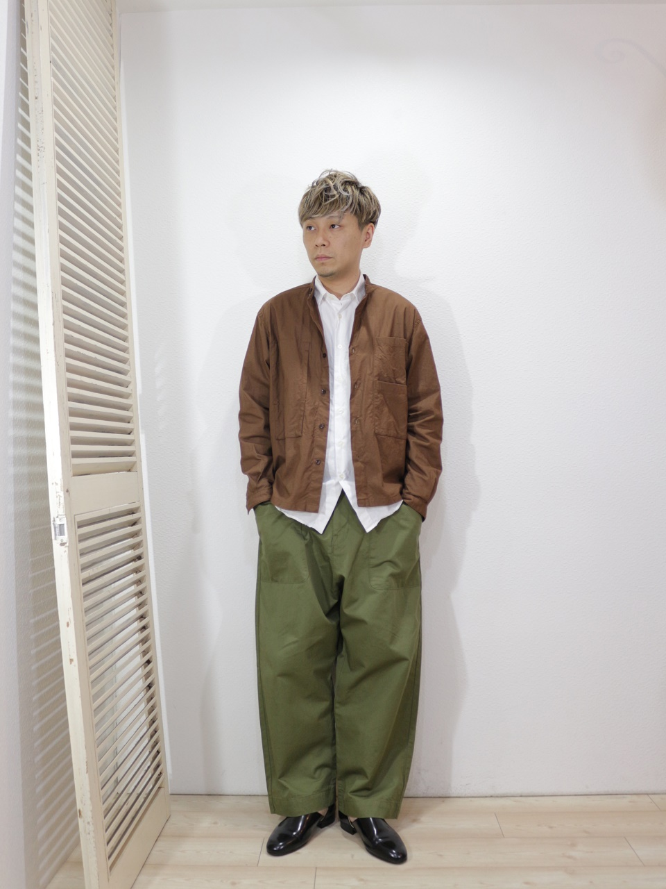 outer/MANUAL ALPHABET-GACHAPOKE BANDCOLLAR JACKET(SIZE 1)shirt/MANUAL ALPHABET-LOOSE FIT REGULAR COLLAR SHT(SIZE 1)pants/KAFIKA-FLANDERS LINEN DECK PANTS(SIZE 2)を使ったコーディネート
