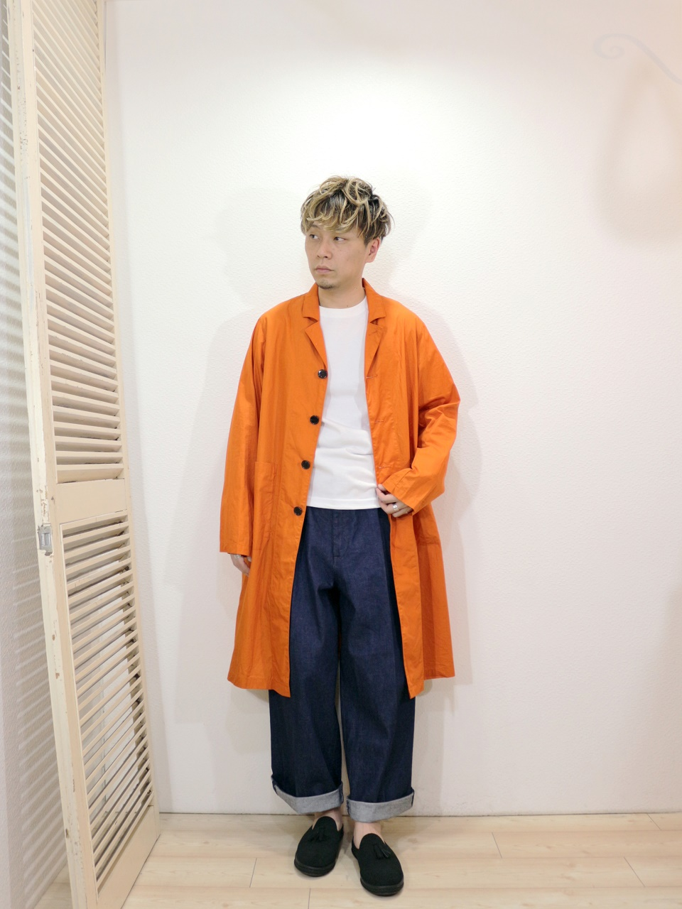 "outer/H.UNIT-Broadcloth long atelier coat(SIZE 1)tee/modem design-U.S.COTTON L/S TEE(S-4)(SIZE 1)pants/H.UNIT-Denim crown size tuck trousers(SIZE 1)shoes/MANEBU-""PRAN SLIPPER""SUEDE(SIZE 40)を使ったコーディネート"