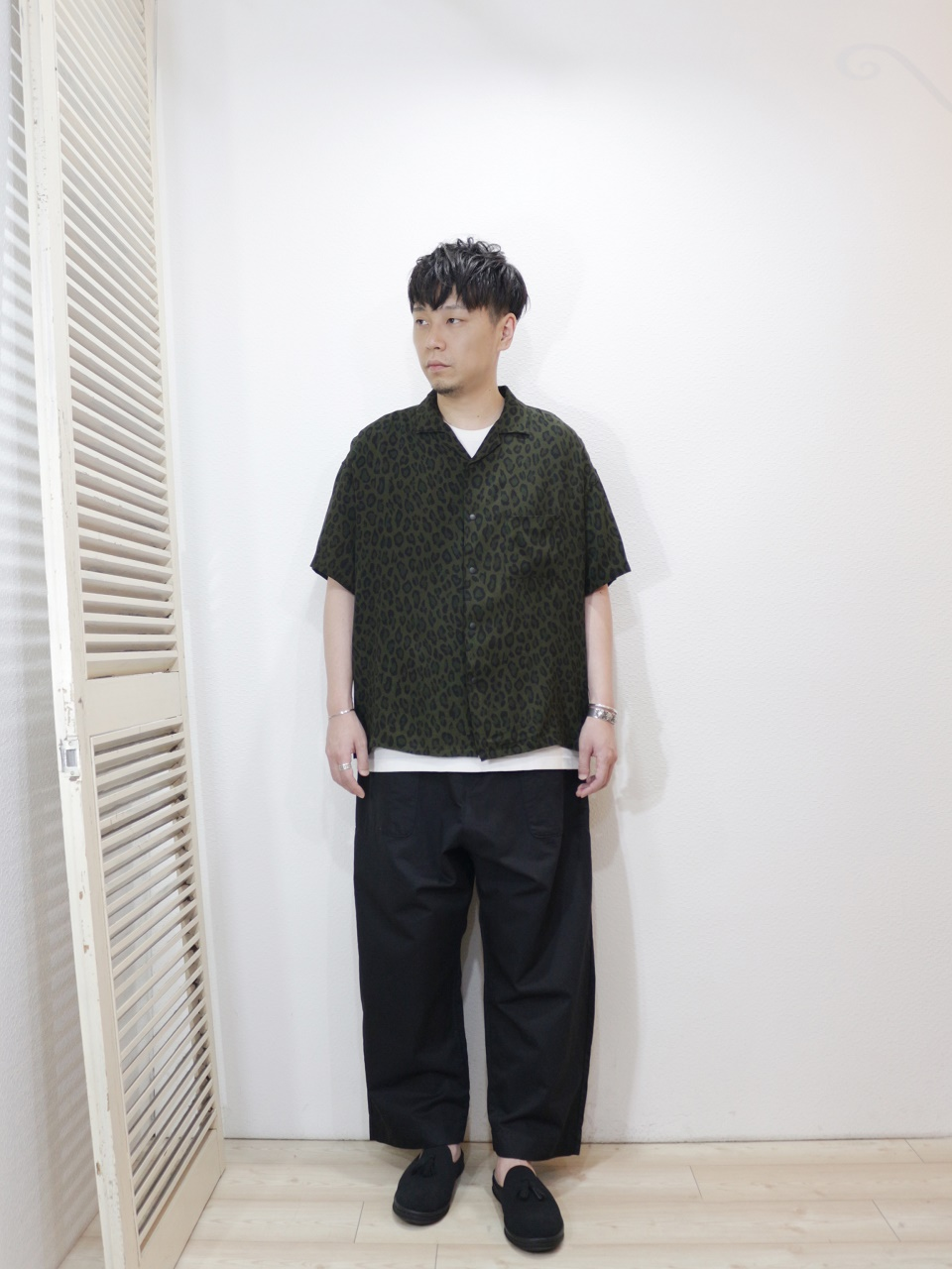 "shirt/MANUAL ALPHABET-LEOPARD OPEN COLLAR SHT(SIZE 1)tee/FRUIT OF THE LOOM-HEAVY WEIGHT TEE(SIZE S)pants/KAFIKA-FLANDERS LINEN DECK PANTS(SIZE 02)shoes/MANEBU-""PRAN SLIPPER""SUEDE(SIZE 40)を使ったコーディネート"