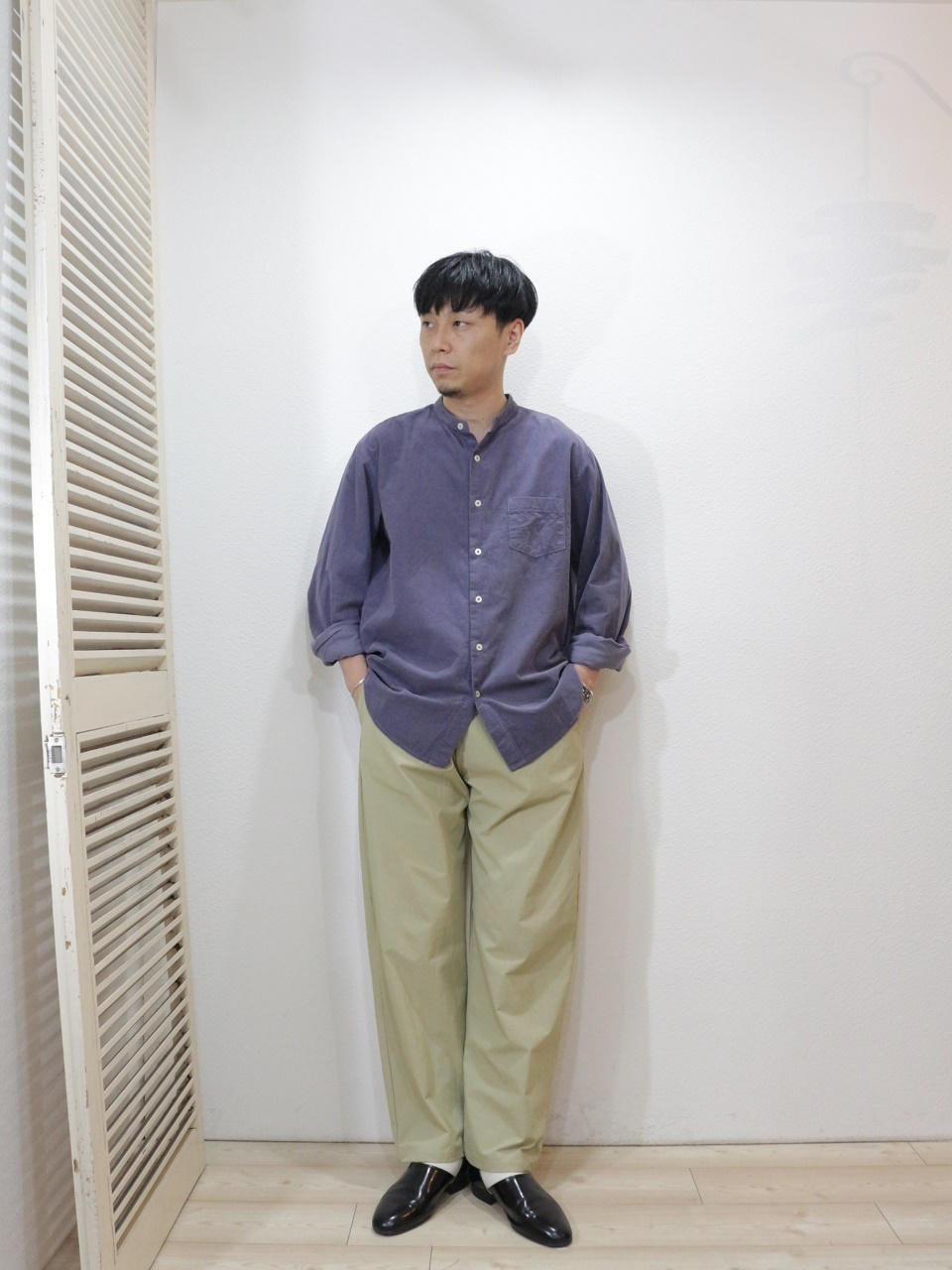 "shirt/MANUAL ALPHABET-CORDUROY LOOSE FIT B/C SHT(SIZE 1)pants/DE-NA-LI-""Y""Pants(4way撥水)(SIZE 2)socks/decka-PLAIN MERCERIZATION SOCKS(SIZE MEN)を使ったコーディネート"