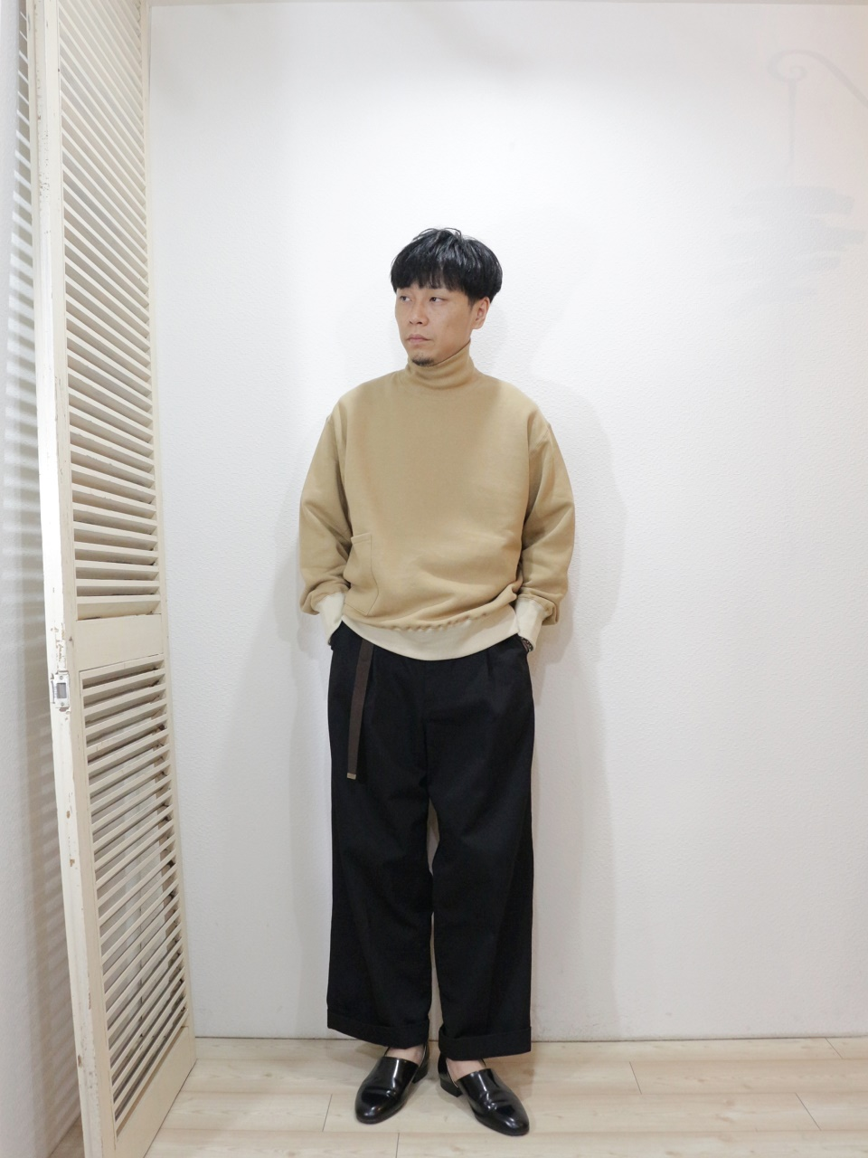 tops/H.UNIT-Mock neck pocket sweat(SIZE 1)pants/H.UNIT-Chino crown size tuck trousers(SIZE 1)belt/ReRe-D RING NARROW N-TAPE BELT(SIZE F)を使ったコーディネート