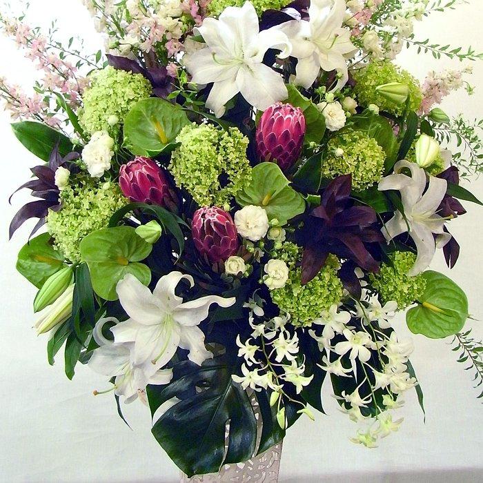 kp-004 白ベースで清楚ながらも主張するスタンド花 - スタンド花なら勝ち花.com