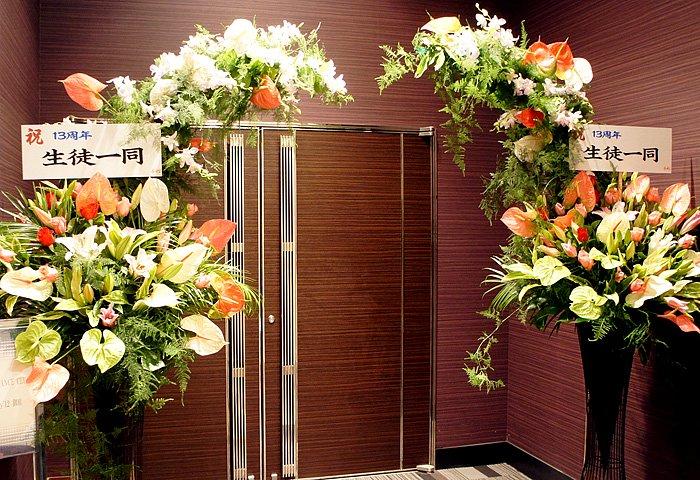エントランスに2基のアーチ型スタンド花 ar-001 - スタンド花なら勝ち花.com