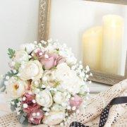白バラとニュアンスピンクバラとかすみ草のラウンドブーケ&ブートニア