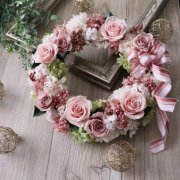 親御様への贈呈用に【プリザ】バラ・カーネーション・紫陽花のエターナルリース 直径約28cm