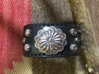 <img class='new_mark_img1' src='https://img.shop-pro.jp/img/new/icons1.gif' style='border:none;display:inline;margin:0px;padding:0px;width:auto;' />Navajo Concho Leather Bangle Black