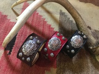 <img class='new_mark_img1' src='https://img.shop-pro.jp/img/new/icons1.gif' style='border:none;display:inline;margin:0px;padding:0px;width:auto;' />Navajo Concho Leather Bangle Red