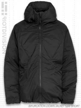 <strong>RIOTDIVISION</strong>BIFURCATION DOWN JACKET type SHORT<br>BLACK