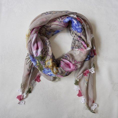手編み花レースが可愛い<br>ふんわり軽やかオヤスカーフ<br>(ベージュ)
