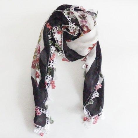 手編み花レースが可愛い<br>ふんわり軽やかオヤスカーフ<br>(ブラック×ホワイト)